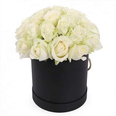 Белые розы в черной коробочке