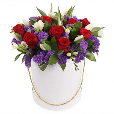 Букет из роз и статицы в коробке