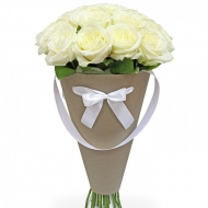 Белые розы в конусе