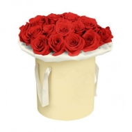 Алые розы в шляпной коробке
