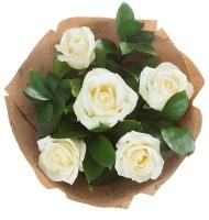 Белые розы в крафт-бумаге