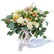Растрепанный букет из орхидей, роз, калл